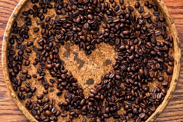 Forma de corazón hecha de granos de café.