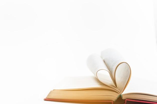 Forma de corazón hecha de páginas de libros.