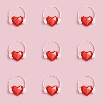 Forma de corazón de papel poligonal rojo con auriculares