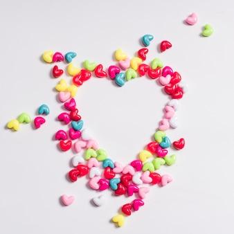 Forma de corazón de pequeños caramelos en la mesa