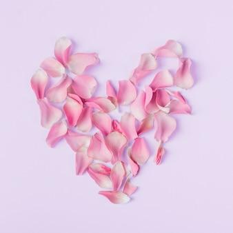 Forma de corazón de pétalos de rosas