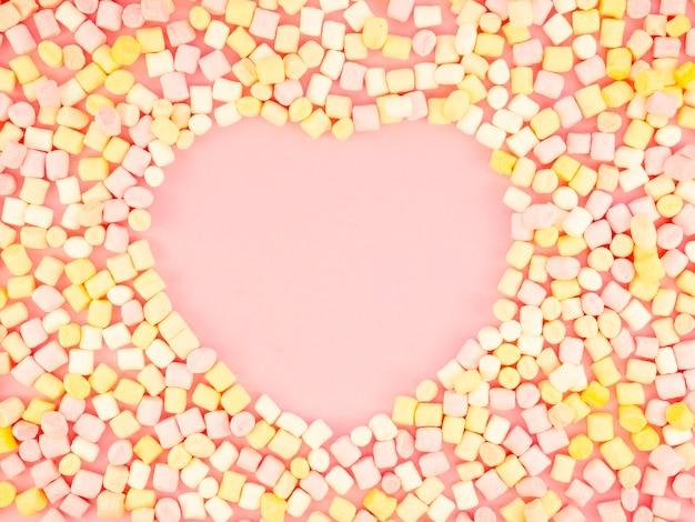 En forma de corazón rodeado de dulces
