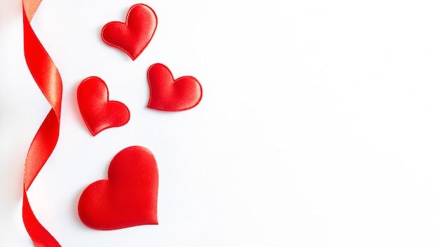 Forma de corazón rojo sobre fondo blanco con espacio de copia.