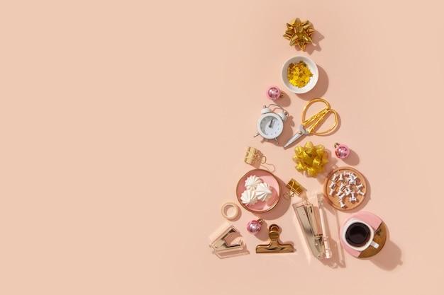Forma creativa de árbol de navidad hecha de material de oficina, reloj despertador, elementos de decoración navideña