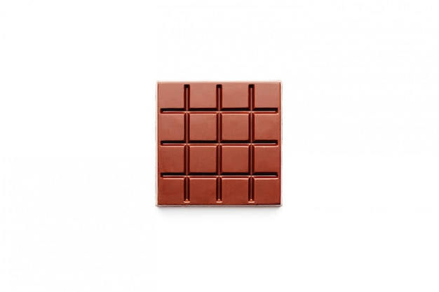 Forma cuadrada de chocolate negro sobre blanco