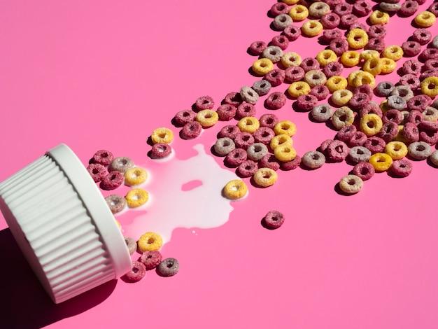 Forma de cupcake llena de aros de cereal de frutas