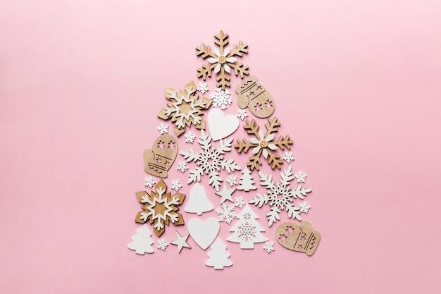 Forma de lujo de árbol de año nuevo de cristal y adornos navideños plateados sobre fondo azul oscuro. concepto de tarjeta de felicitación de vacaciones y símbolo de navidad. vista superior.