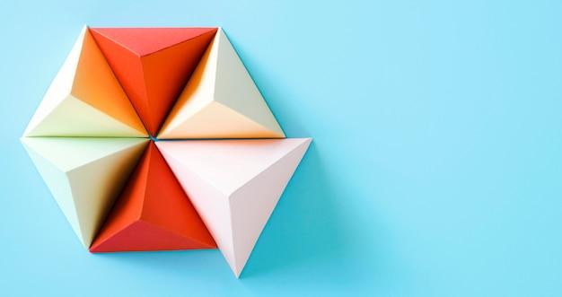 Forma de papel de origami de triángulo con espacio de copia