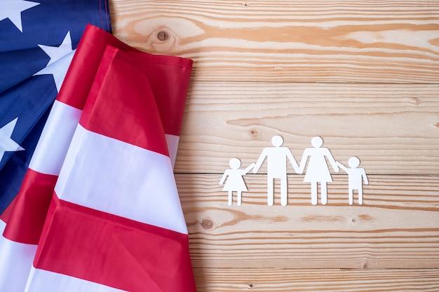 Forma de papel de personas o familia con bandera de los estados unidos de américa.