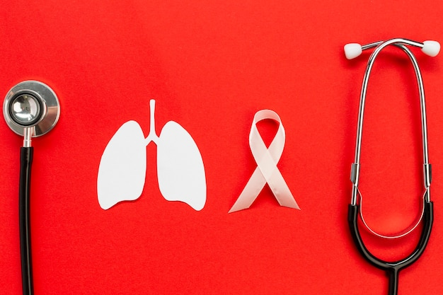 Forma de papel de pulmones con estetoscopio