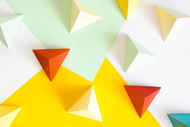 Forma de papel triangular en el escritorio