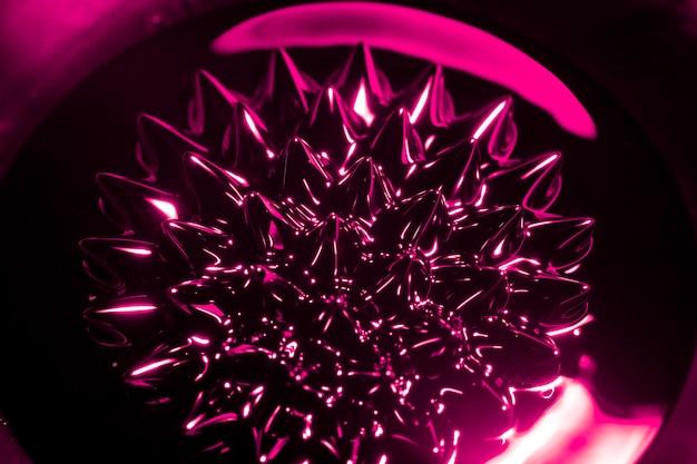 Forma redondeada de metal ferromagnético.