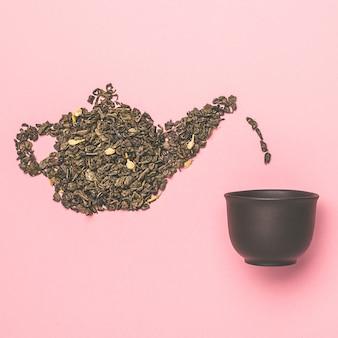 Forma de tetera hecha de hojas secas de té verde de jazmín