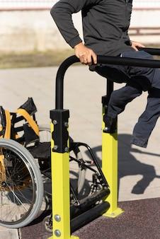 Formación de hombre discapacitado de primer plano