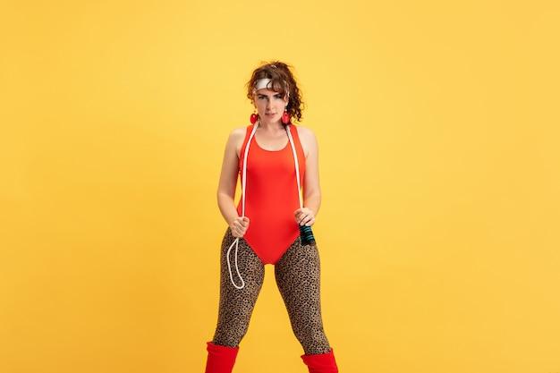 Formación de joven caucásica plus size modelo femenino en amarillo