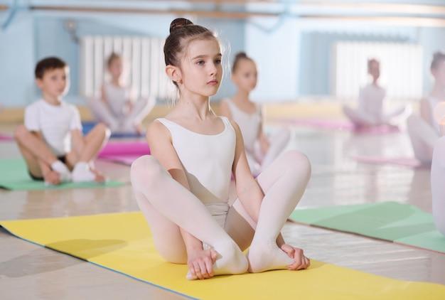 La formación de jóvenes bailarines en el estudio de ballet.