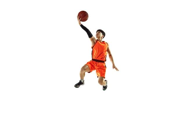 Formación de jugador de baloncesto joven aislado