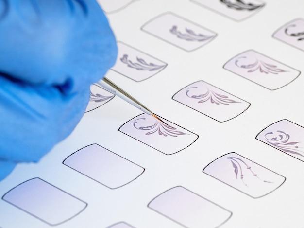 Formación en monogramas de pintura para manicura. tarjetas de entrenamiento para manicura, primer plano