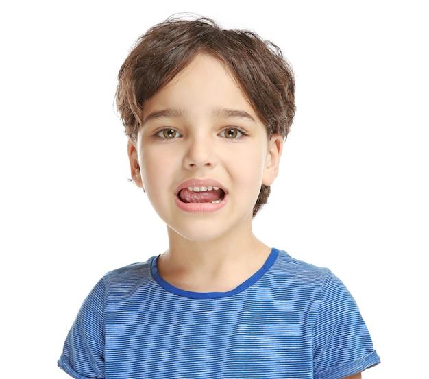 Formación de niño pequeño pronunciar letras en blanco