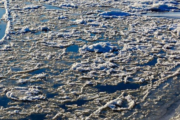 Formación del primer hielo en el río en invierno.