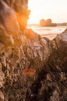 Formación rocosa en playa idílica