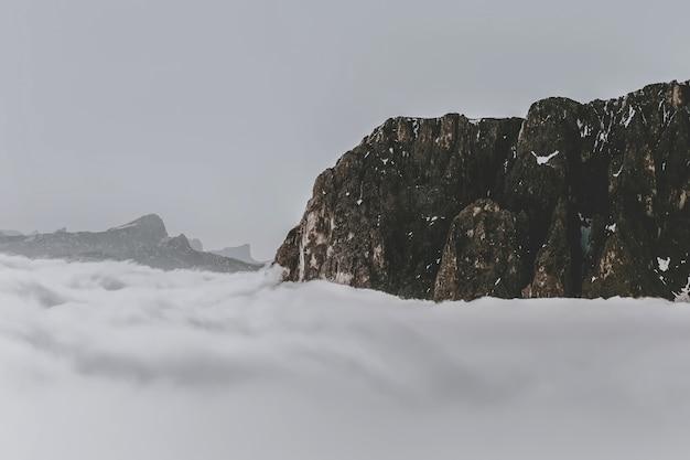 Formación rocosa rodeada de nubes