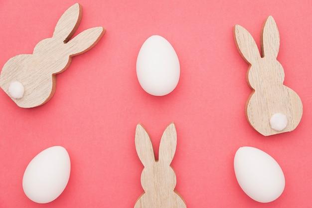 Formas de conejo y huevos en la mesa