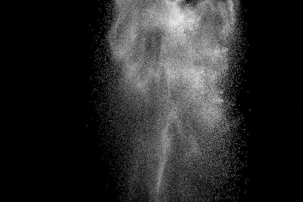 Formas extrañas de polvo blanco nube de explosión. salpicaduras de partículas de polvo blanco.
