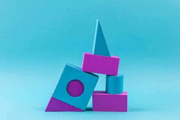 Formas geométricas azules y violetas sobre azul