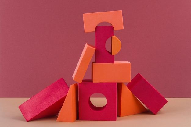 Formas geométricas rojas y naranjas sobre marrón