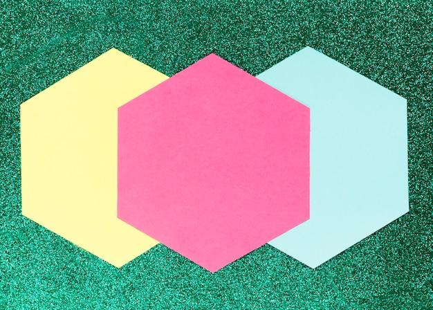 Formas geométricas sobre fondo verde
