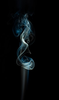 Formas de humo de colores sobre fondo negro