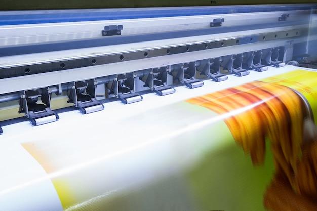 Formato de impresora de inyección de tinta grande trabajando en vinilo.
