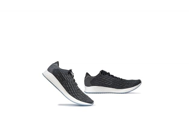 Forme los zapatos corrientes de la zapatilla de deporte aislados en blanco.