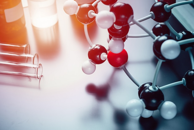 Fórmula molecular y equipo de laboratorio.