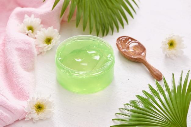 La fórmula suavizante de gel de aloe vera representa la cosmética y el cuidado corporal.