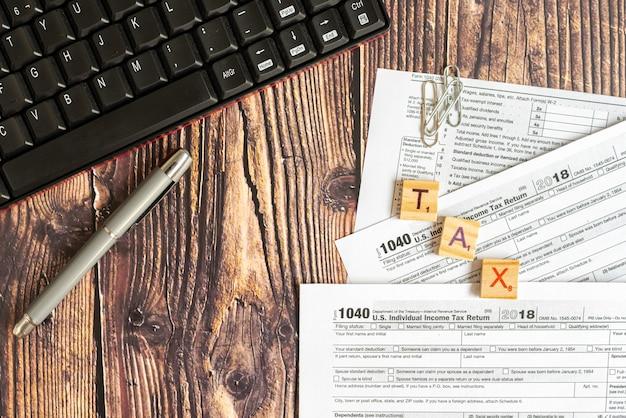Formulario 1040 de impuestos estadounidenses en el escritorio de un contribuyente.