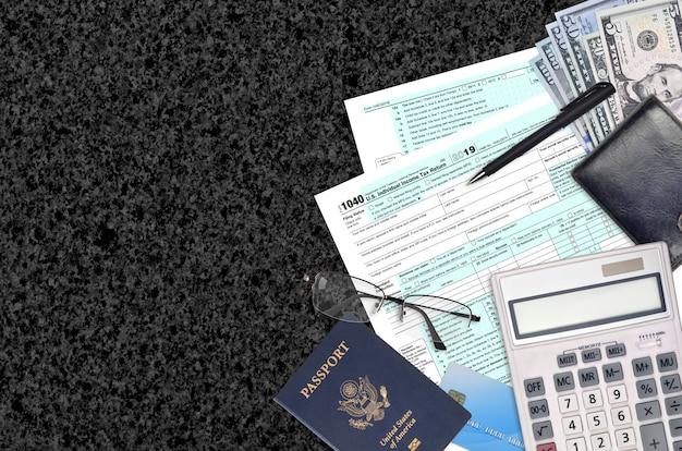 El formulario 1040 del irs la declaración del impuesto sobre la renta individual se encuentra en una mesa de oficina plana