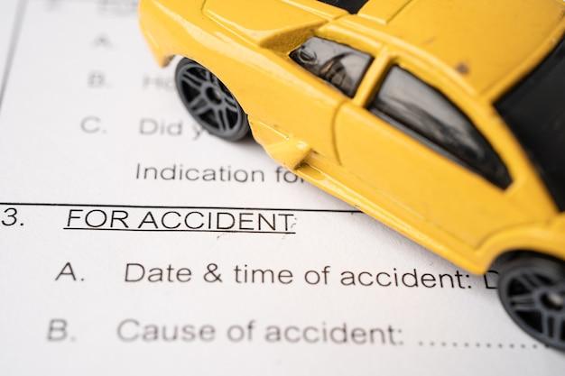 Formulario de accidente de reclamo de automóvil con seguro.