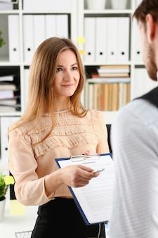 Formulario de contrato de oferta de mujer sonriente
