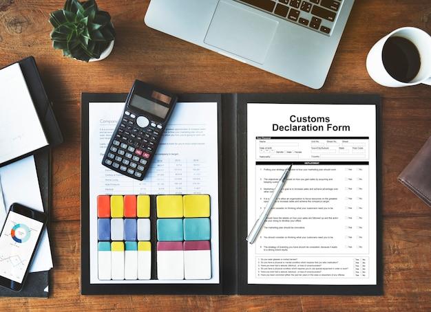 Formulario de declaración de aduanas, factura, concepto de paquete de flete