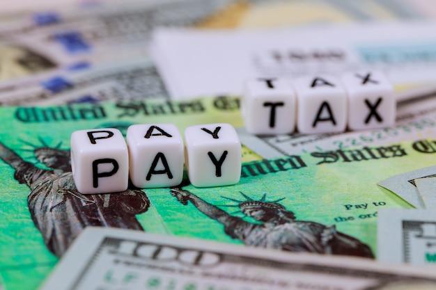 Formulario de declaración de impuestos del irs 1040 con moneda billetes en dólares estadounidenses de cerca pagar impuestos