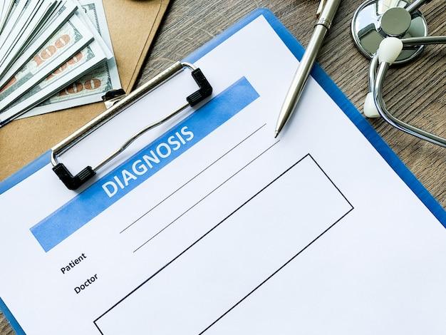 Formulario de diagnóstico con los datos del paciente en el escritorio del médico.