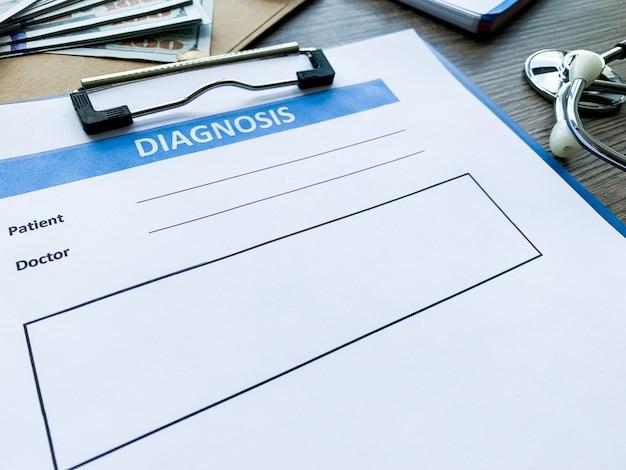 Formulario de diagnóstico con los datos del paciente en el escritorio del médico,