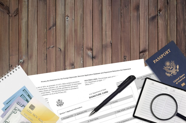 Formulario ds4139 del departamento de estado la tarjeta de firma se encuentra sobre la mesa y lista para llenar