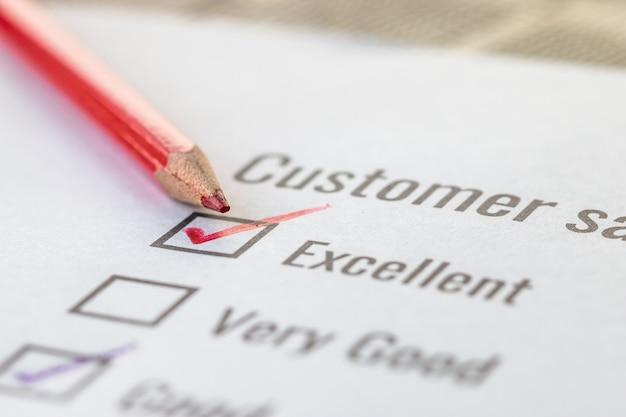 Formulario excelente de encuesta de lista de verificación del cliente para la marca de satisfacción de comentarios sobre el documento de formularios de solicitud con lápiz rojo. botón de pregunta de opinión para completar la marca de verificación para empresas