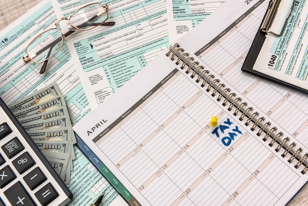 Formulario de impuestos 1040 con dinero y calculadora. concepto de impuestos.