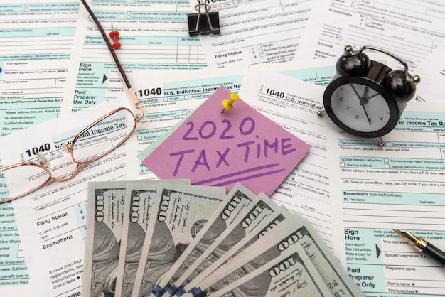 Formulario de impuestos de ee. uu. con dinero