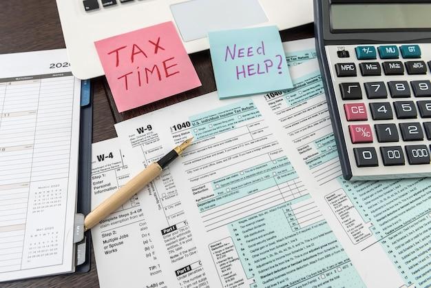 Formulario de impuestos federal 1040 con calcomanía, calculadora y bolígrafo. documentos financieros.
