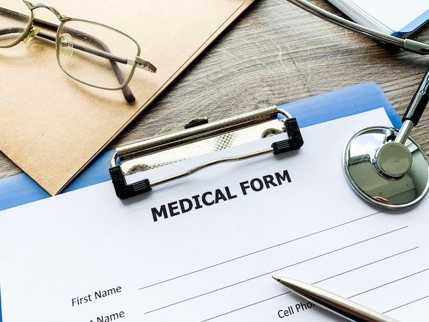 Formulario médico con datos del paciente en el escritorio del médico.
